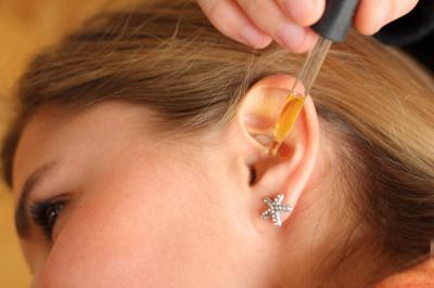 Как закапывать капли в уши самому себе взрослому и как правильно капать ребенку