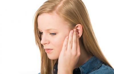 Почему когда высмаркиваешься закладывает уши